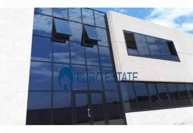 Tirane,shes Magazine+Zyra 1.100 m², 620.000 Eur (Mbikalimi i Rinasit) Shitet Magazine cilesore me siperfaqe 1100 m² ne nje zone strategjike. Esht