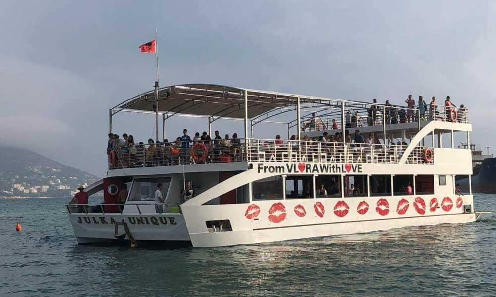 Kaloni pushimet duke ber nje udhetim turistik ne brigjet e Karabrunit dhe ne Ishullin e Sazanit.