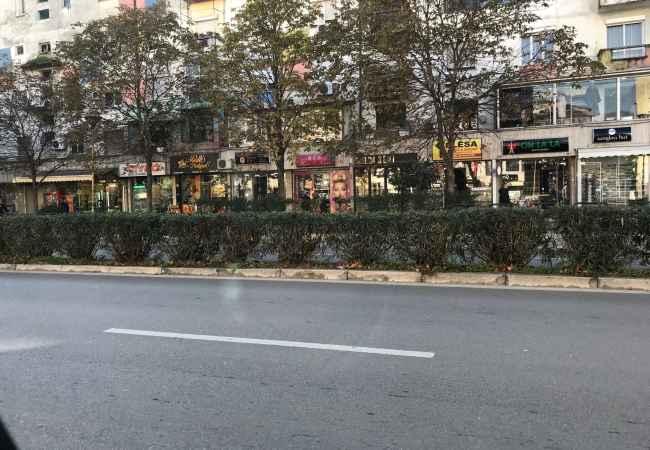 Shitet Ambjent Biznesi te 21 Dhjetori Shitet Ambjent Biznesi me sip,35m Buze rruge kryesore ne trotuare,eshte me fasad