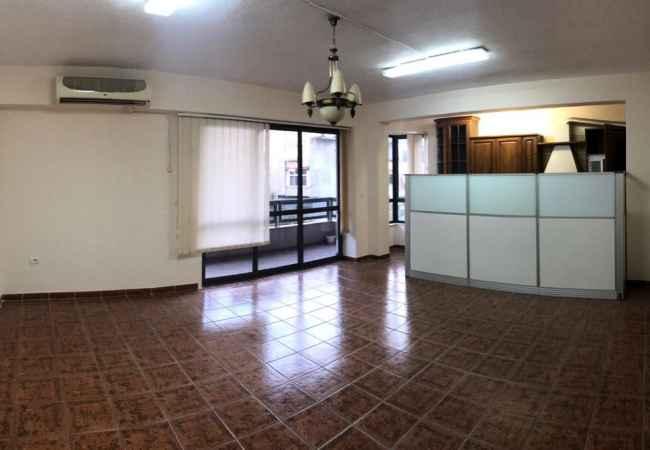 Zyrë me qira në zonen e ish-Bllok. Ambienti ndodhet në një nga zonat më të preferuara të Tiranës, pranë rrug