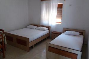 Dhoma plazhi tek plazhi i Pasqyrave Sarande Jepen dhoma pushimi me qera , direk  mbi plazhin e Pasqyrave Sarande- tek fshati