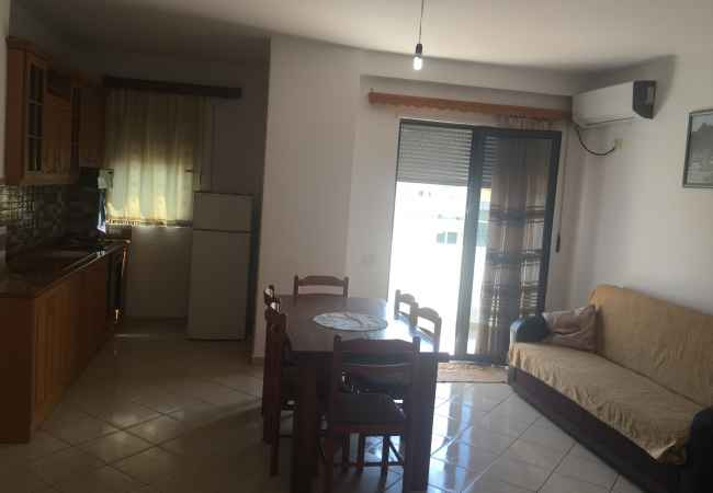 Apartament me qera ditore /javore Orfojme apartament me qera zona e plazhit , pallati i pare anes detit prane Hote
