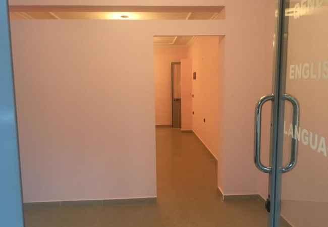Jepet me Qera Ambient Biznesi ne Kombinat! Ambjenti eshte 40 m2 i perbere ne 2 dhoma.