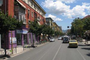 Dyqan ne shitje rr. e Durresit Shitet dyqan buze rruge kryesore. Ndodhet ne rrugen e Durresit.Ne katin 0 dhe