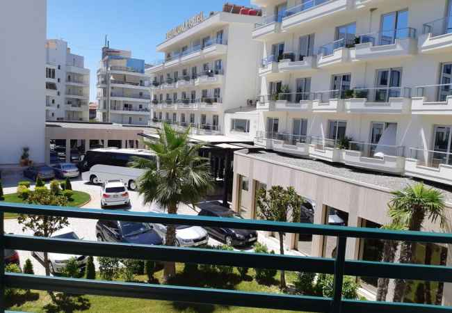 Apartament ne breg te detit  Aparatamenti ndodhet prane Premium Hotel Beach, 50 metra nga plazhi, zone mjaft