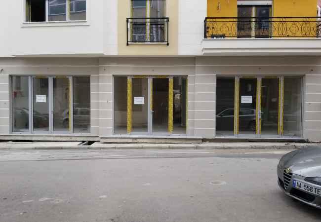 Leshohen me qera 3 dyqane prane Poliklinikes Korce Leshohen me qera 3 dyqane prane Poliklinikes Korce. Siperfaqja totale 90m2. Dyqa