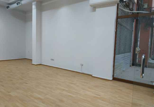 THE BUSINESS AMBIENT IS GIVEN TO THE ROAD MARGARITA TUTULANI, 52 m2 business environment for rent on Margarita Tutulani street, Tirana. The en